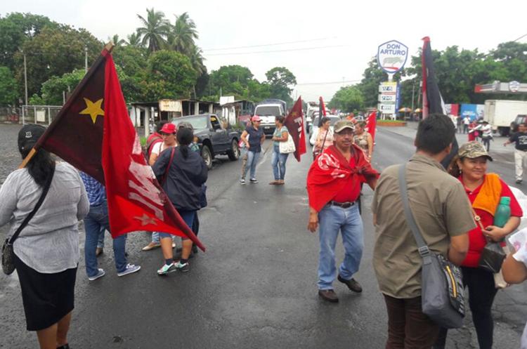 Protesta en el km 123, Río Bravo, Suchitepéquez. (Foto Prensa Libre: Cristian Icó)