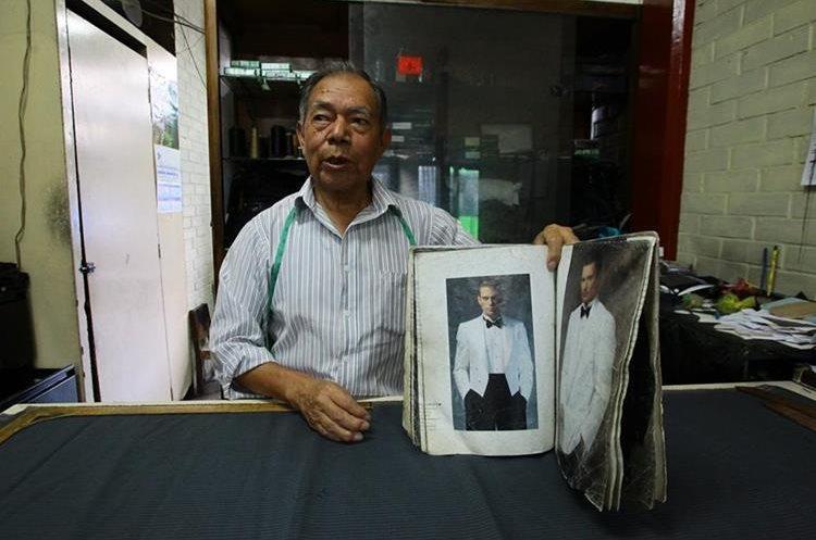 El sastre muestra algunos de los estilos de los trajes que han ido evolucionando. (Foto Prensa Libre: Álvaro Interiano)