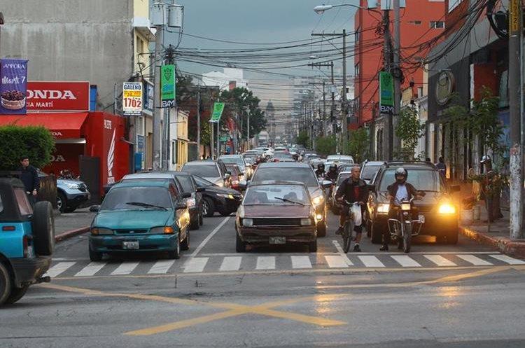 Decenas de vehículos esperan que el semáforo les brinde vía hacia la calle Martí. (Foto Prensa Libre: Álvaro Interino)