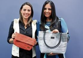 Gabriela Ruíz y Andrea Reiche realizan campañas para recolectar la materia prima que da origen a los bolsos modernos. (Foto Prensa Libre: Esbin García)