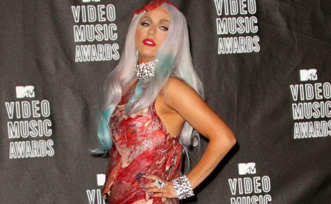 Lady Gaga y su vestido de carne fueron recreado de mala manera por el Museo de Cera de Lima (Foto Prensa Libre: Twitter).