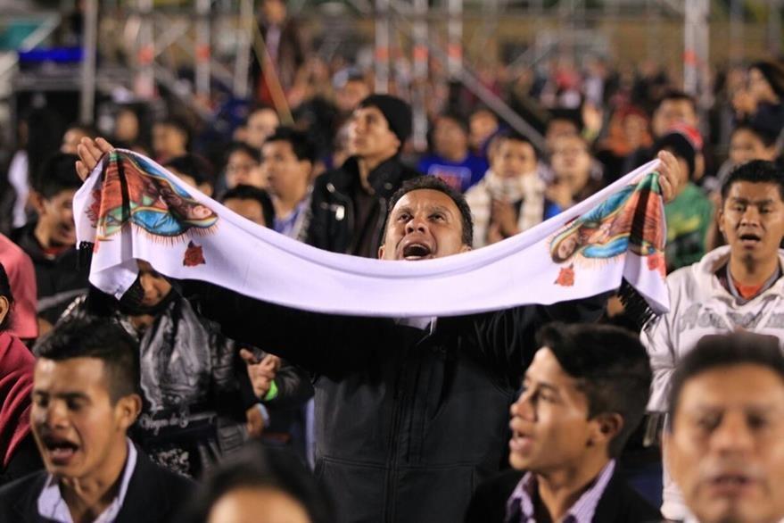 Los participantes claman a Dios por Guatemala, en una jornada masiva de oración. (Foto Prensa Libre: Esbin García)