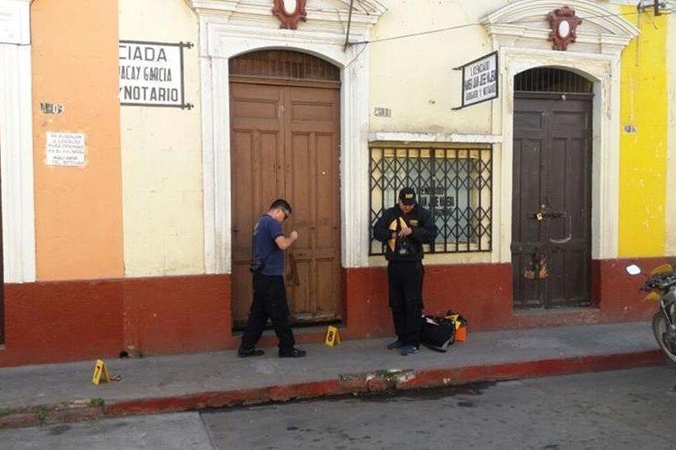 Personal del MP recaba evidencias en la zona 1 de Xela, donde unos seis negocios fueron saqueados. (Foto Prensa Libre: María José Longo)