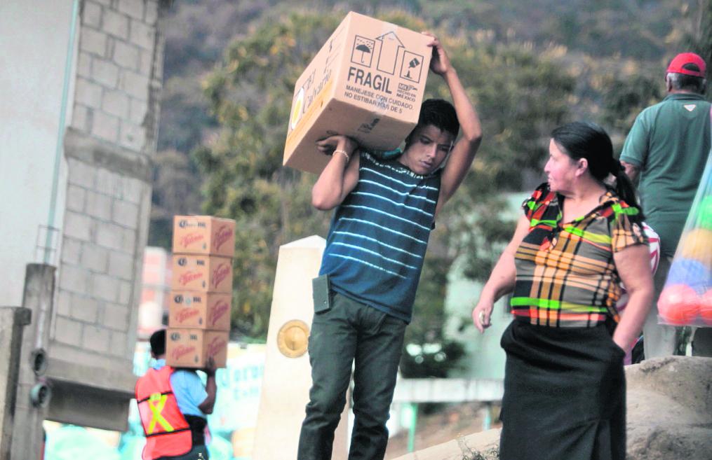 Paso fronterizo en Ciudad Cuauhtemoc, Mexico, un guatemalteco transporta contrabando. (Foto Prensa Libre: Hemeroteca PL)