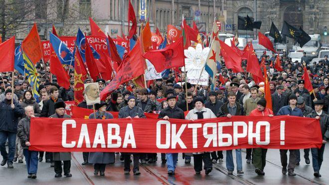 """""""Gloria a octubre"""" dice el cartel durante esta marcha que se realizó en San Petersburgo el 7 de noviembre de 2005 para conmemorar la revolución. GETTY IMAGES"""
