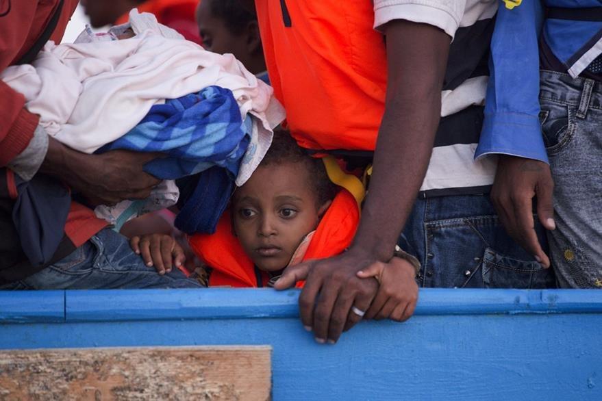 Varios niños, algunos enfermos, fueron rescatados por la Marina italiana. (Foto Prensa Libre: AP)
