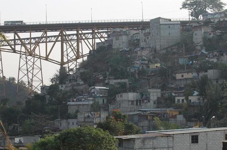 Unas 500 familias viven en la ladera en riesgo por los fallos en el sistema de drenajes en Jesús de la Buena Esperanza, zona 6. (Foto Prensa Libre: Hemeroteca PL)