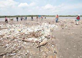 Desembocadura del río Motagua acarrea basura a las playas de Omoa Honduras. (Foto Prensa Libre: Érick Ávila)