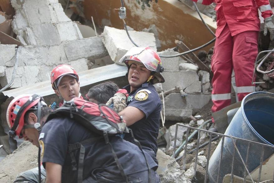 Momento en que es rescatado el cadáver del atleta. (Foto Prensa Libre: Érick Ávila)
