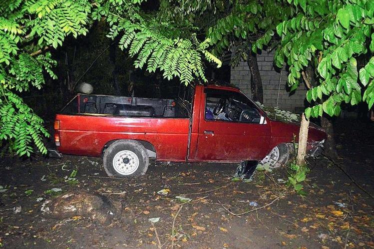 El cadáver de Julio López quedó en el picop en el que viajaba, en Nueva Concepción, Escuintla.  (Foto Prensa Libre: Enrique paredes)