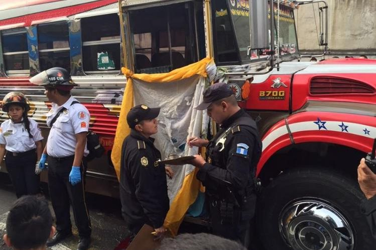 Segundo ataque contra buses Sanjuanera, piloto y ayudante mueren baleados. (Foto Prensa Libre: CBV)