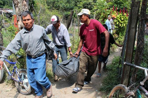 <p>Vecinos trasladan a la morgue el cadáver de Nazario González Nájera. (Foto Prensa Libre: Hugo Oliva)<br></p>