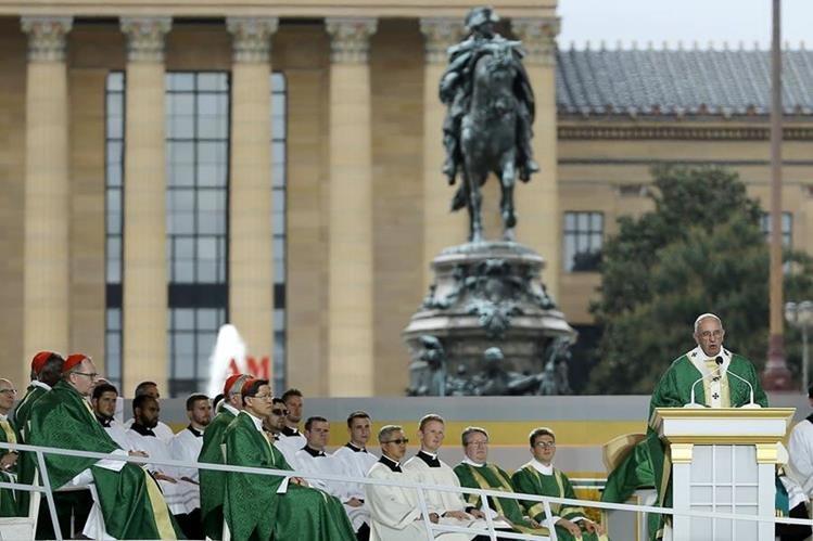 El Papa ofrece su mensaje a más de un millón de personas en el bulevar Benjamin Franklin de Filadelfia. (Foto Prensa Libre: AP).