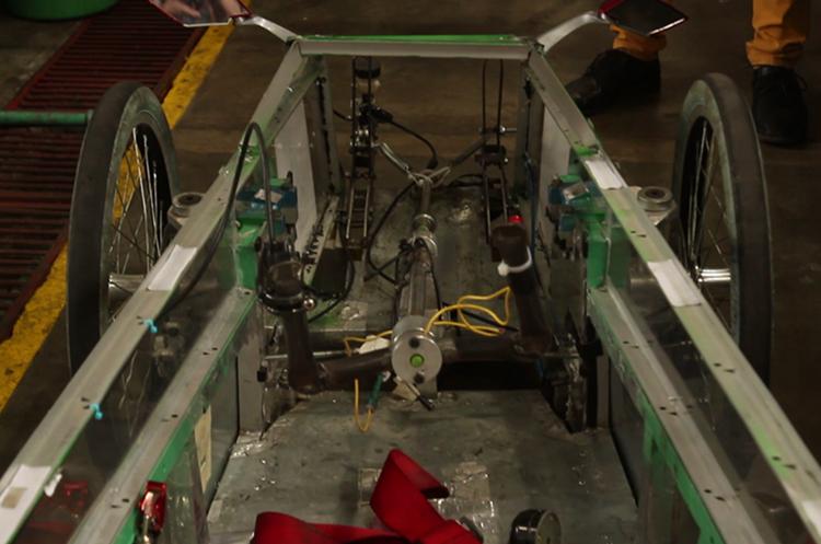 La caja de plástico es de una velocidad, pero se puede variar la rapidez el vehículo al cambiar uno de los engranajes.