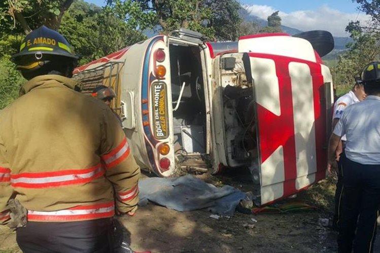 Accidente de la unidad de transportes Vicentina deja una persona muerta. (Foto Prensa Libre: Bomberos Voluntarios)
