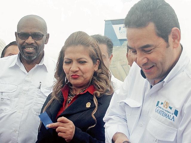 Xiomara Blanco, captada junto al presidente Jimmy Morales y el ministro de Ambiente, Sydney Samuels, en un acto público en San Benito, Petén.