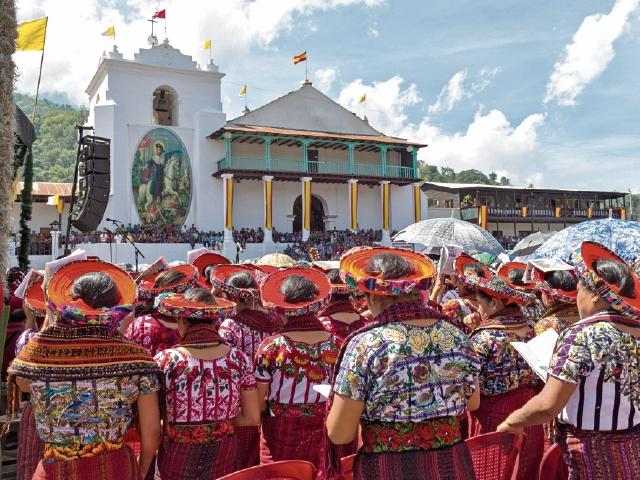 Vecinos de  Santiago Atitlán conmemoran el 35 aniversario de la muerte del padre Apla's, en julio último. (Foto Cortesía Carlos Damián)