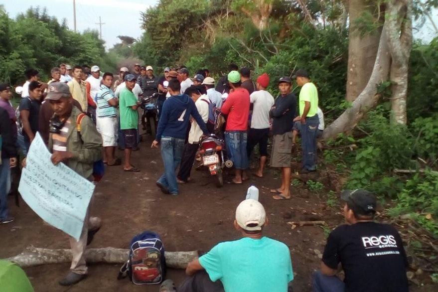Vecinos de Champerico toman instalaciones de camaronera y bloquean el paso de vehículos. (Foto Prensa Libre: Jorge Tizol)