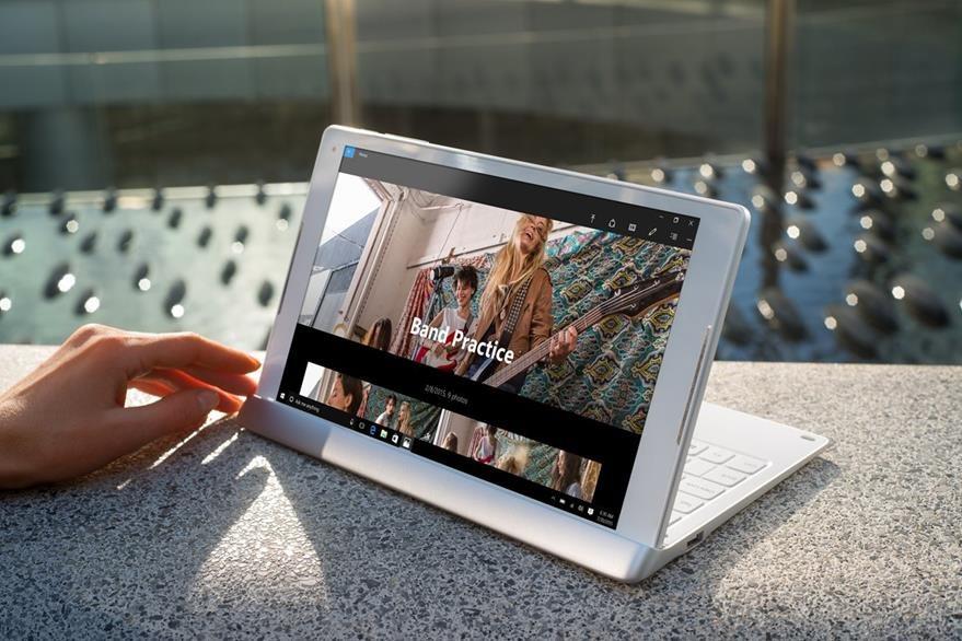 Colocar o quitar el teclado es algo muy fácil y rápido con la Plus 10. Sin embargo, el paso de modo tableta a modo PC o viceversa debe realizarse desde Windows. (Foto Prensa Libre: Microsoft).