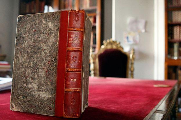 El libro con los documentos emitidos por el Consejo Universitario de la Universidad de Chile en 1938, entre ellos la negativa a invitar a Freud. UNIVERSIDAD DE CHILE