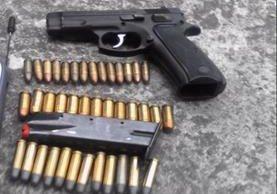 Todos los días la PNC reporta la incautación de armas y municiones que son utilizadas de forma ilícita, como la de la fotografía, hallada en Retalhuleu en poder de un menor de edad. (Foto Prensa Libre: Hemeroteca PL)