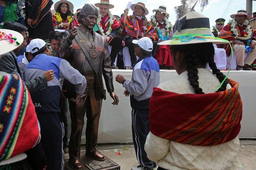 """Pobladores de Orinoca obsequian una estatua del presidente boliviano Evo Morales, para que sea exhibida en el """"Museo de la Revolución Democrática y Cultural - Orinoca"""". (Foto Prensa Libre: EFE)."""
