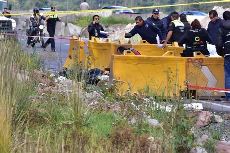 Autoridades mexicanas trabajan en el sitio donde encontraron los cuerpos de cuatro personas que presuntamente fueron atacadas a balazos por el pasajero. (Foto Prensa Libre: EFE).