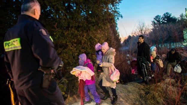 Desde hace poco, inmigrantes y refugiados comenzaron a cruzar la frontera hacia Canadá debido al aumento de las restricciones para los extranjeros en Estados Unidos. GETTY IMAGES