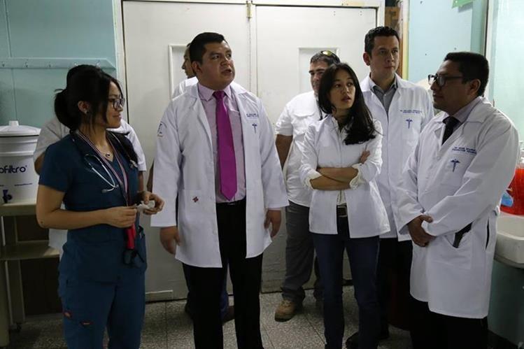 La ministra Lucrecia Hernández visitó el Hospital Regional de Occidente. (Foto Prensa Libre: María José Longo)
