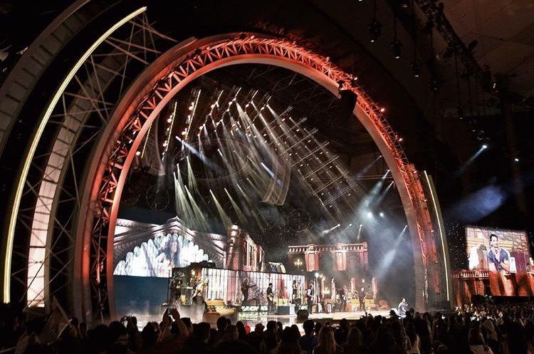 En un  escenario majestuoso se produjo la  actuación de Arjona y Gaby Moreno. (Foto Prensa Libre: EFE)