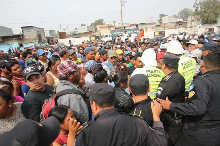 Decenas de personas piden a las autoridades que los dejen ingresar al relleno sanitario para buscar a sus familiares. (Foto Prensa Libre: Érick Ávila)