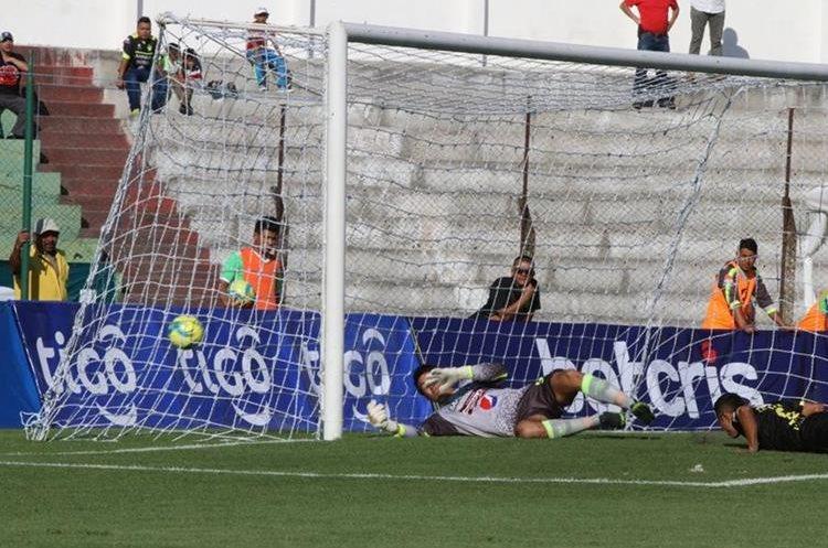 Mejía supera al guardameta Luis Pedro Molina en una jugada bien ejecutada por Petapa. (Foto Prensa Libre: Renato Melgar)