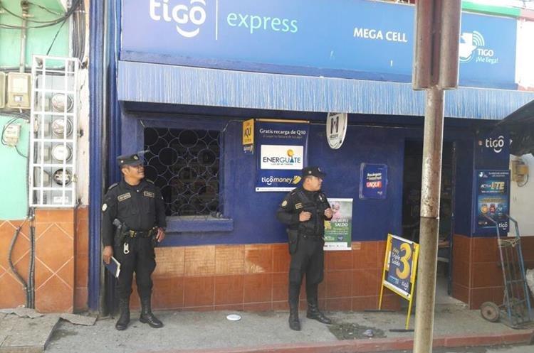 Los policías patrullan en una de las 18 comunidades de San Diego. (Foto Prensa Libre: Mario Morales)