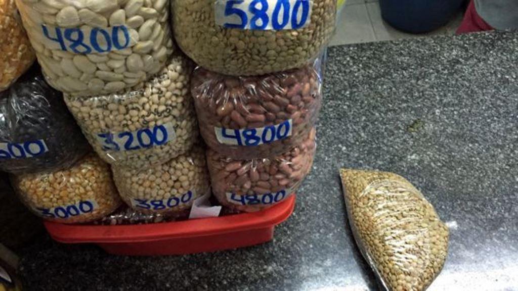 Las lentejas ya pocos las compran por kilo. DANIEL PARDO / BBC MUNDO