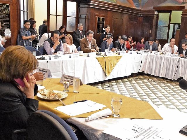 siete jefes de bloques votaron para continuar con la discusión de las reformas a la Constitución. La sesión fue convocada para mañana, a partir de las 10 horas.