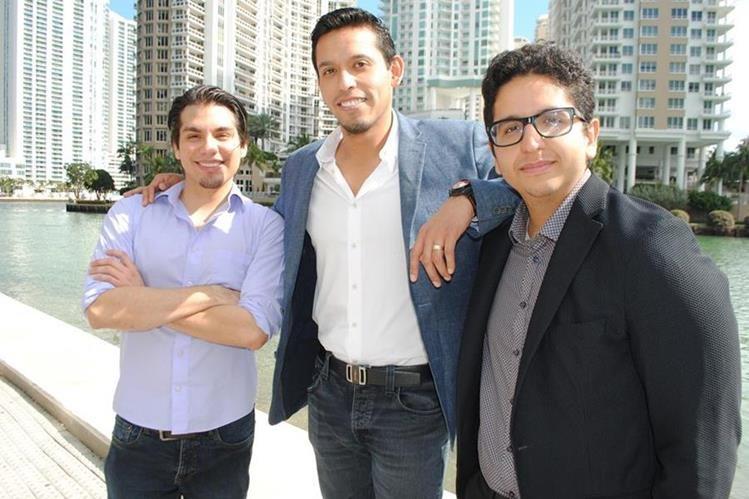 Hans, Iván y Jean Aguilera recuerdan al Divo de Juárez. (Foto Prensa Libre: EFE)