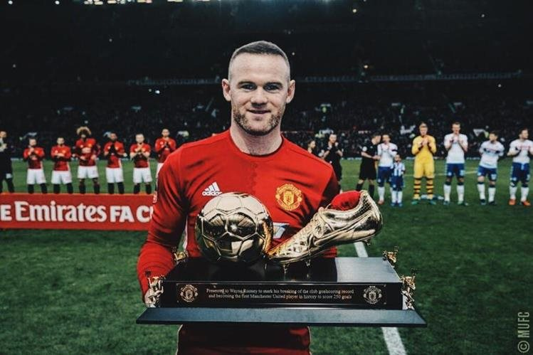 Wayne Rooney fue homenajeado en el Old Trafford. (Foto Prensa Libre: Twitter Manchester United)