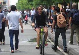 La bicicleta es un medio de transporte cada vez más utilizado para distancias cortas. (Foto Prensa Libre: Esbin García)