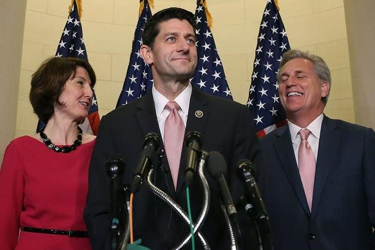 Paul Ryan (centro), presidirá el Congreso de EE. UU. cuando los senadores lo designen como sucesor de John Boehner. (Foto Prensa Libre: AFP).