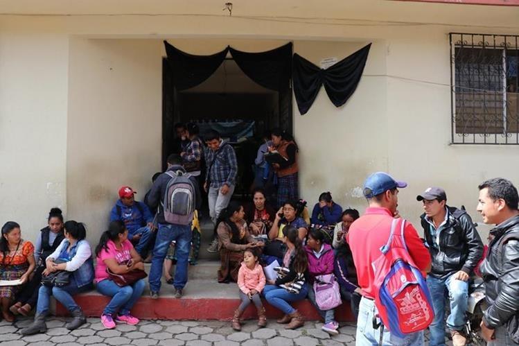 Maestros mantienen tomada la dirección departamental de Educación. (Foto Prensa Libre: Héctor Cordero)