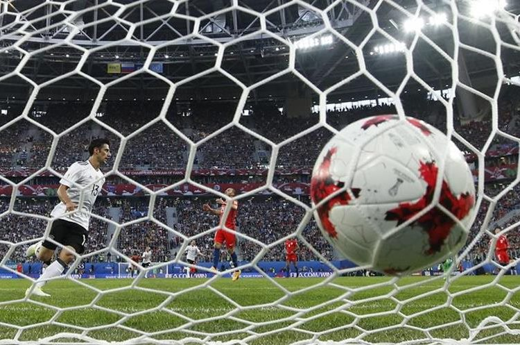 El balón toca la rede después del gol que marcó Lars Stindl, durante la final de la Copa Confederaciones.