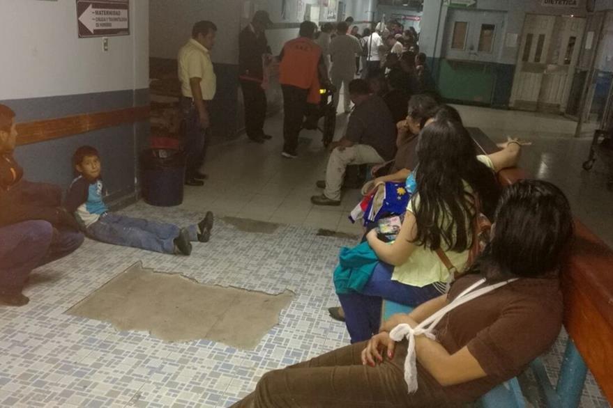 Pasajeros del autobús esperan atención médica en el hospital de Cuilapa. (Foto Prensa Libre: Oswaldo Cardona)
