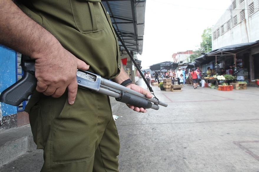 Policías  privados dan seguridad a algunos comercios, para evitar  extorsiones. (Foto Prensa Libre: Érick Ávila)
