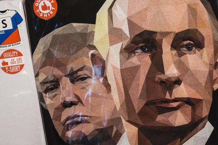 Una camiseta tiene estampada los retratos Trump y Putin en una tienda en San Petersburgo. (AFP).