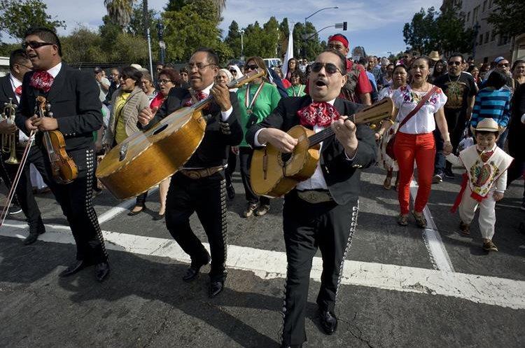 Un grupo de mariachis participan en una procesión en honor a la Virgen de Guadalupe en San Diego, California. (Foto Prensa Libre: EFE).