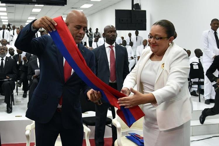 Michel Martelly entrega la banda presidencial en el Parlamento de Haití. (AFP)