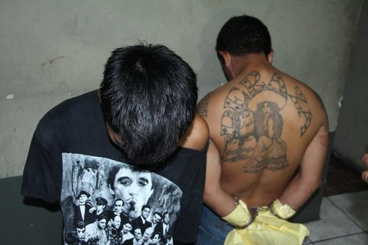 Dos menores señalados de cometer un ataque armado fueron capturados por las fuerzas de seguridad. (Foto Prensa Libre: PNC)