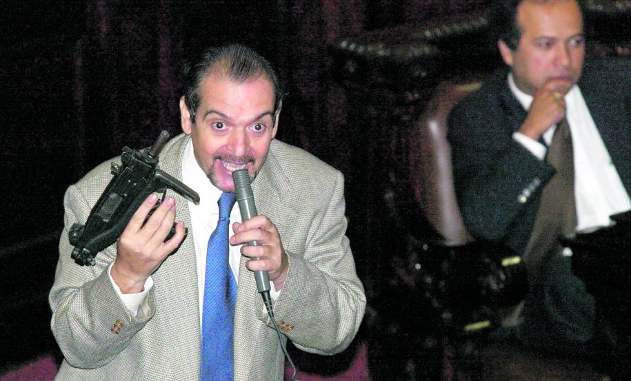 En 2004, el diputado Pablo Duarte llevó armas de fuego al hemiciclo durante la discusión de la legislación en la materia.