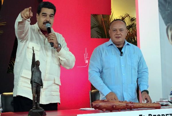 <span>Nicolás</span> <span>Maduro (</span><span>i</span><span>)</span> <span>Diosdado</span> <span>Cabello </span><span>anuncian las medidas para racionar la electricidad.</span>