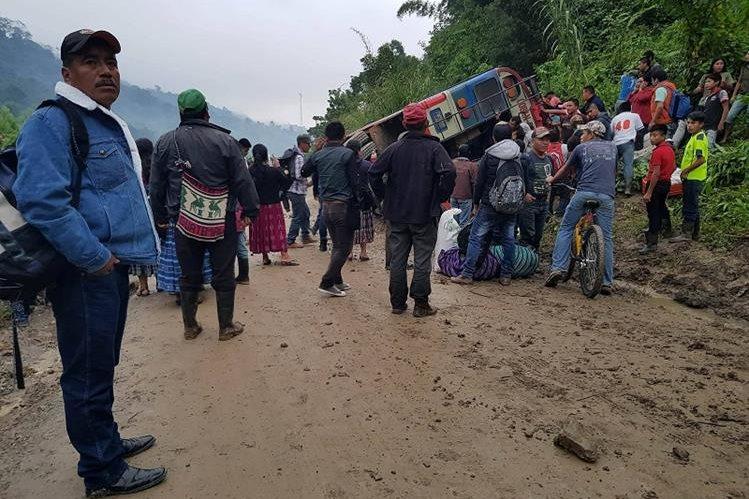 Vecinos y pasajeros observan el accidente de una camioneta que deja saldo de varios heridos en la ruta al Polochic, Senahú. Alta Verapaz. (Foto Prensa Libre: Eduardo Sam Chun)